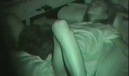 Lange schwarze Haare, die mit ihrer sauber deutsche sexfilme in hd rasierten Muschi spielen